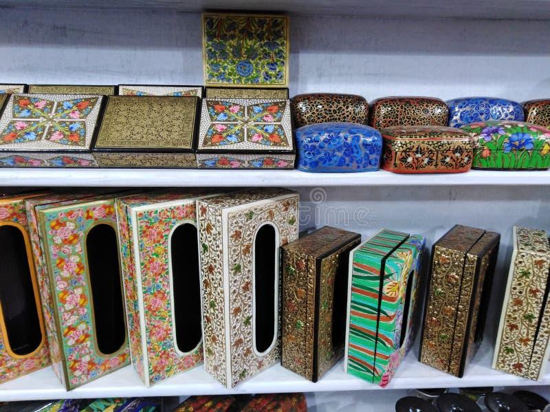 Papier-machédozen voor verkoop Goa, India stock afbeelding