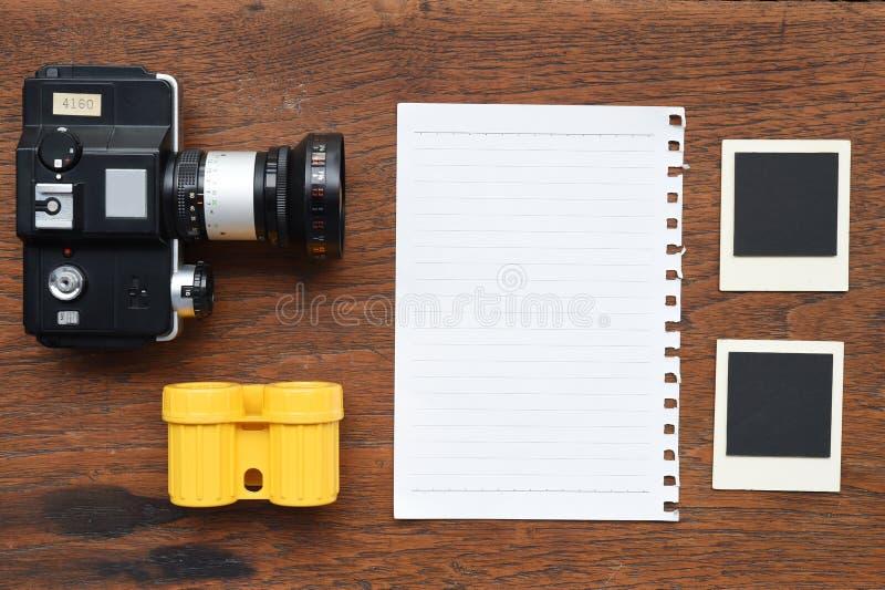 Papier mit Fotorahmen und -kamera lizenzfreie stockfotos