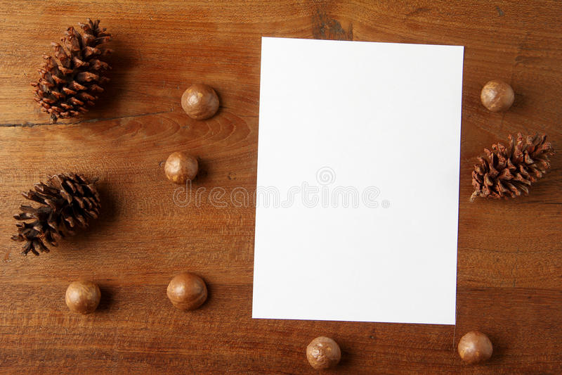 Papier na teakwood desce obrazy stock