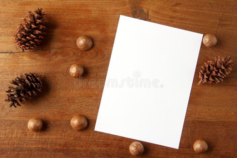 Papier na teakwood desce zdjęcie stock