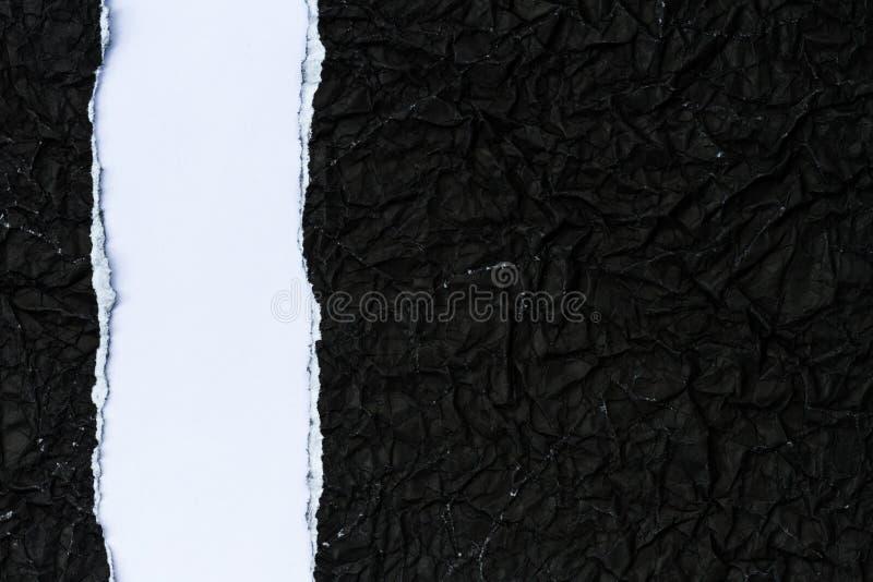 Papier noir déchiré image stock