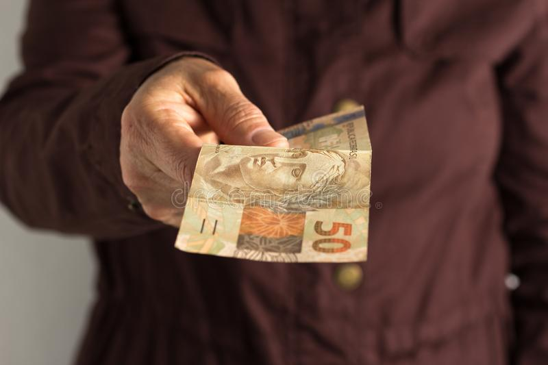 Papier notatki od Brazylia Frontowy widok starej kobiety ` s ręka obchodzi się rachunki obrazy stock