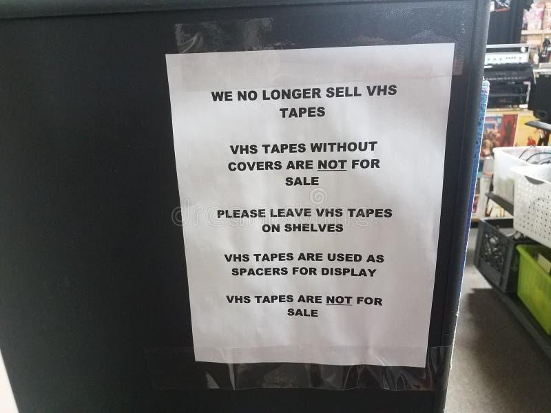 Papier nous ne vendons plus le signe de bandes de VHS images stock