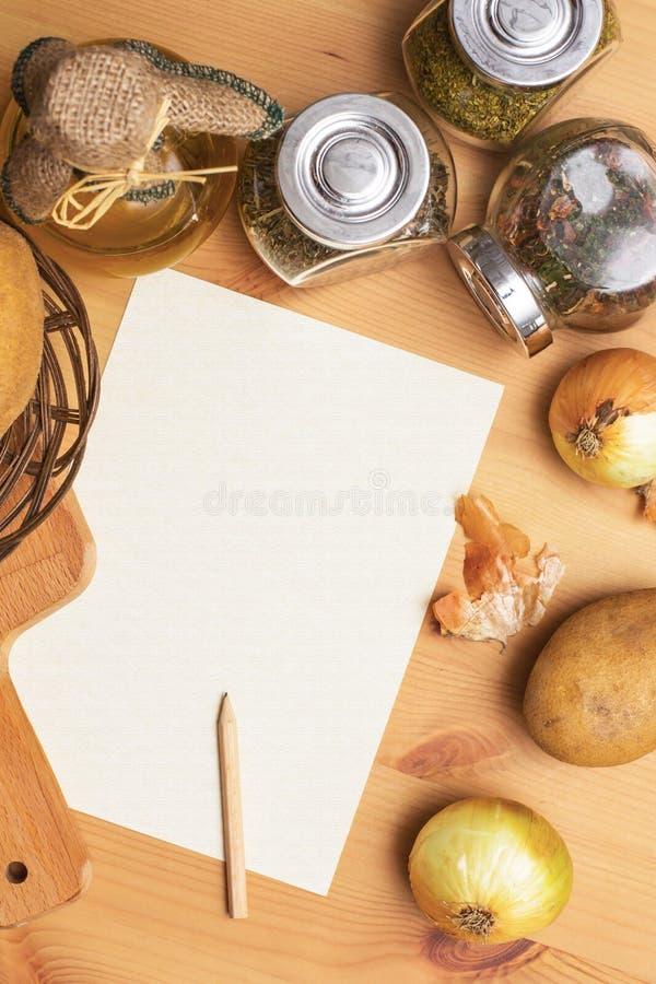 Papier, ołówek, dzbanek oliwa z oliwek, grule, cebula fotografia stock