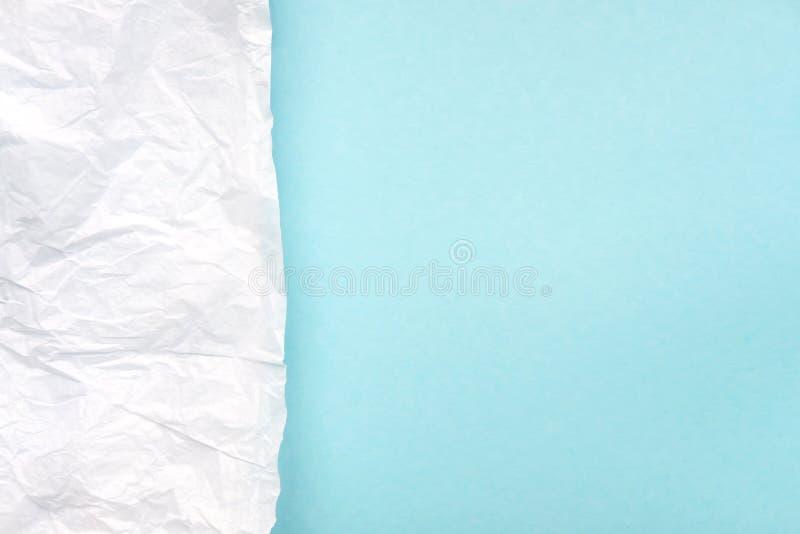 Papier parcheminé blanc chiffonné sur le bleu lumineux, vue supérieure de fond de turquoise image stock
