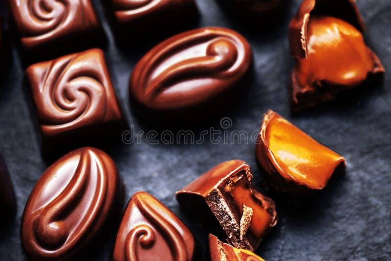 Papier peint doux de bonbons au chocolat dans la haute résolution Chocola foncé photos stock