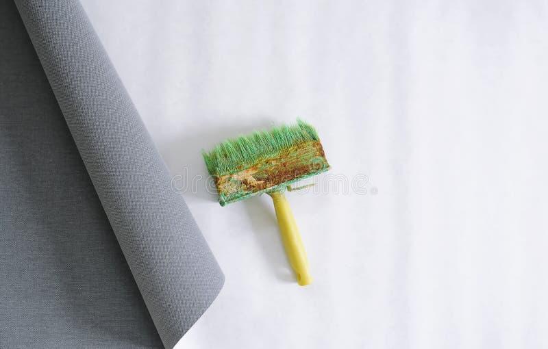 Papier peint et brosse pour le papier peint de colle photographie stock