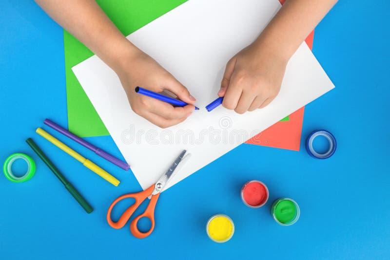 Papier, peinture et mains de couleur images libres de droits