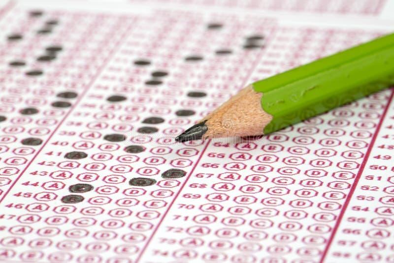 Papier réactif de jeu-concours d'examens avec le dessin au crayon photographie stock