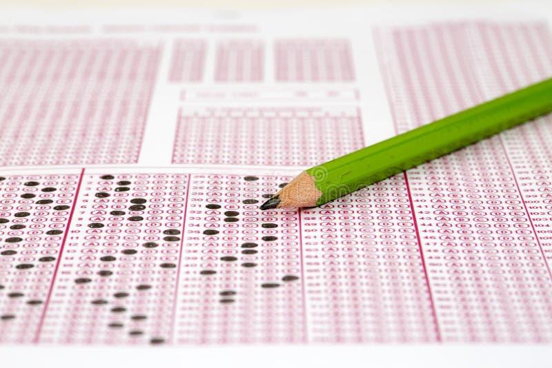 Papier réactif de jeu-concours d'examens avec le dessin au crayon photographie stock libre de droits