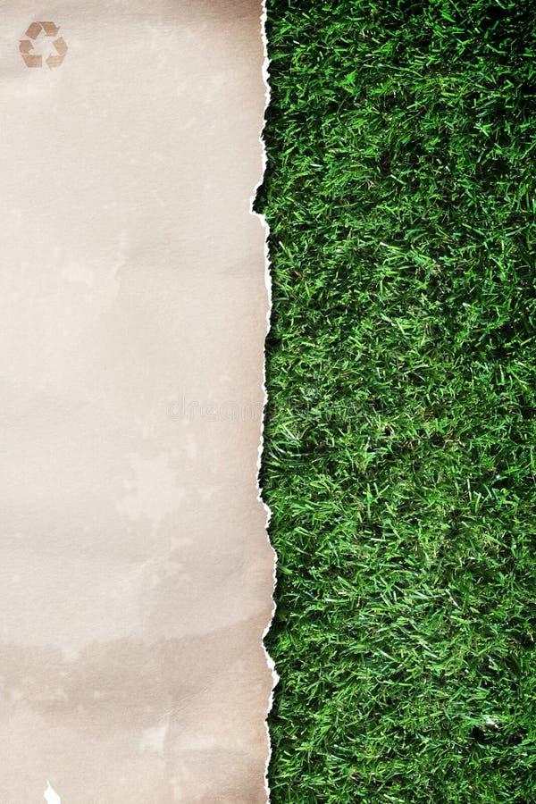 Papier réutilisé sur l'herbe images stock