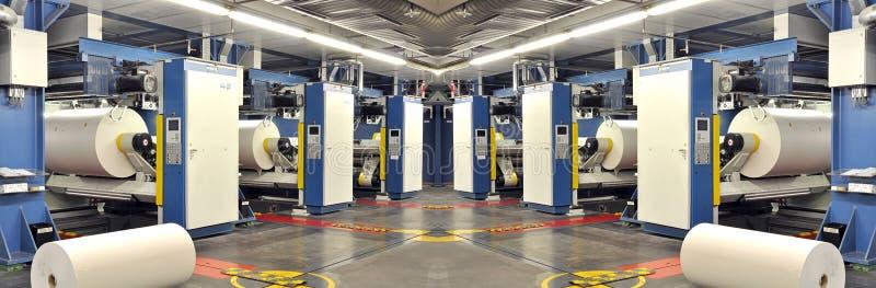 Papier rollt in einer Druckmaschine eines Großdruckshops stockfoto