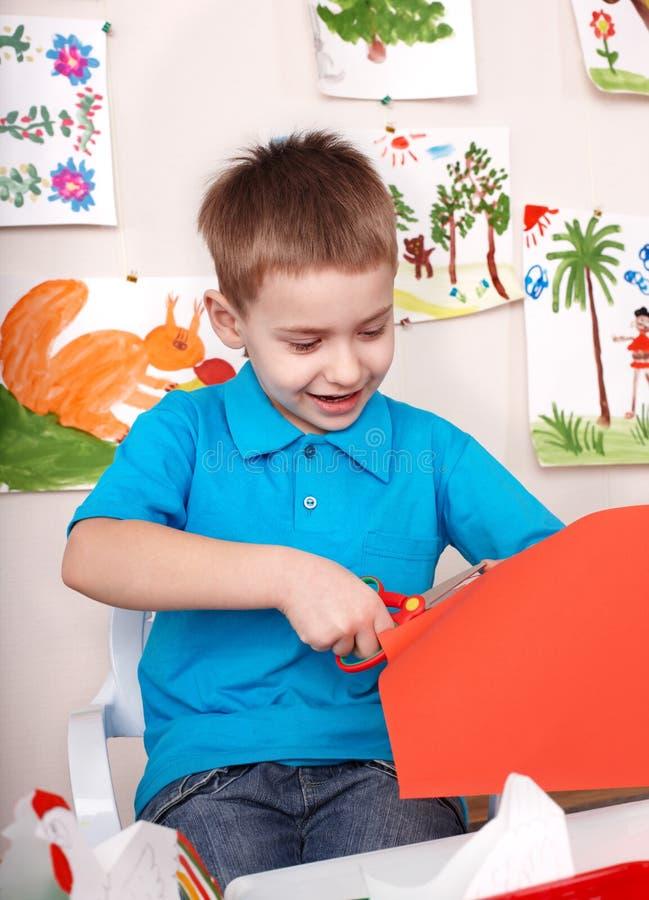 Papier sérieux de découpage d'enfant. photos stock