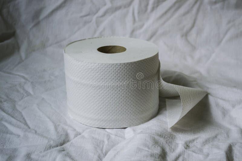 Papier toaletowy kłama biel na prześcieradle zdjęcie royalty free