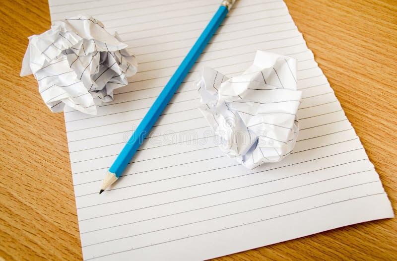 Papier und Bleistift auf hölzerner Tabelle lizenzfreie stockbilder