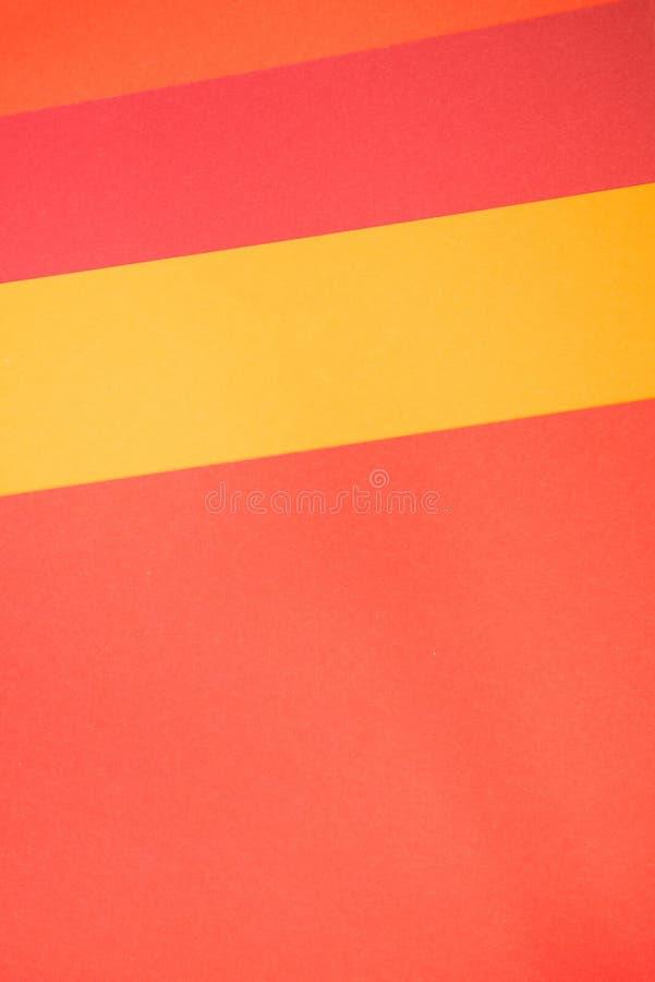 Papier vertical de jaune, rouge et orange de couleur, fond abstrait photos libres de droits