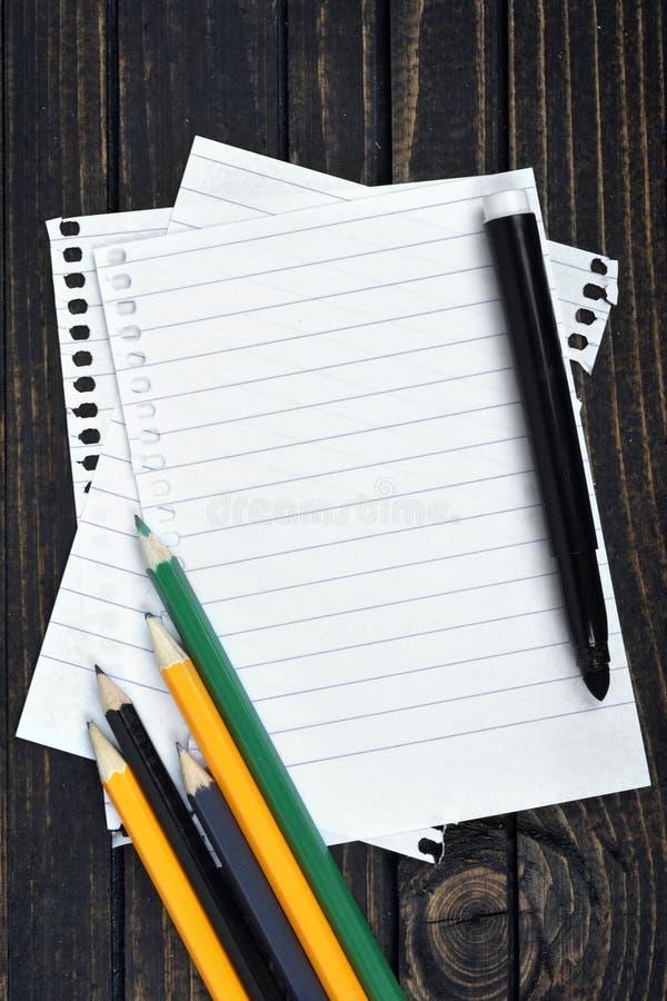 Download Papier vide sur la table image stock. Image du notes - 76080437