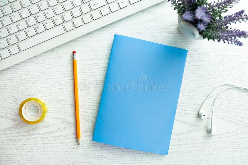 Papier vide sur le bureau photos libres de droits
