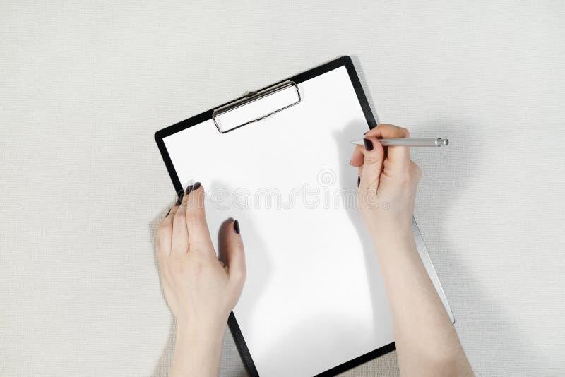 Papier w żeńskich rękach fotografia stock