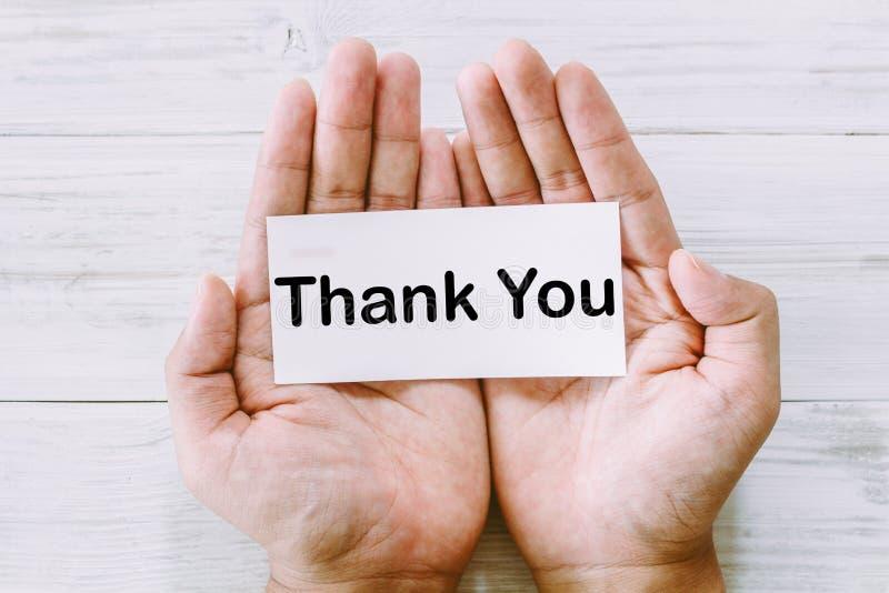 Papier w ręce z słowami dziękuje ciebie zdjęcia stock