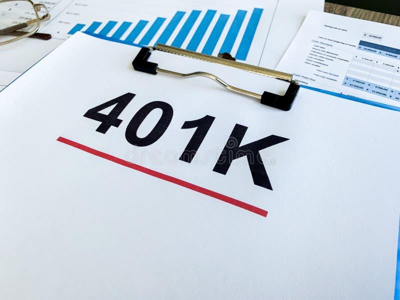 Papier z 401k planem na drewno stole fotografia royalty free
