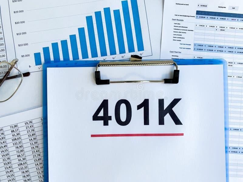 Papier z 401k planem na drewno stole obraz royalty free