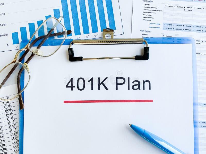 Papier z 401k planem na drewno stole fotografia stock