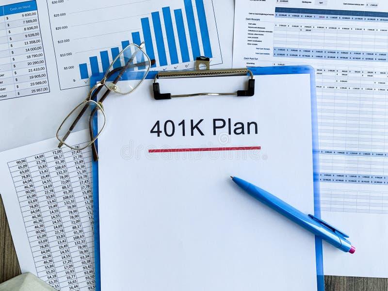 Papier z 401k planem na drewno stole zdjęcia royalty free