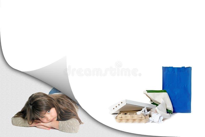 Papierabfallaufbereitungskonzept mit liegendem traurigem Mädchen stockfotos