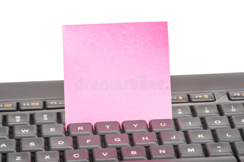 Papieranmerkung über Tastatur stockfotografie