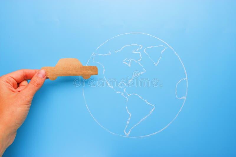 Papierauto auf der Erde stockbild