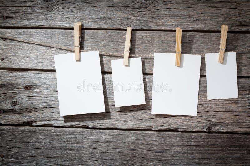 Papierbefestigung mit vier Fotos rope mit Kleidung stockfoto