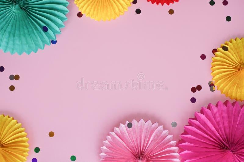 Papierbeschaffenheitsblumen mit Konfettis auf rosa Hintergrund Geburtstags-, Feiertags- oder Parteihintergrund flache Lageart lizenzfreies stockfoto