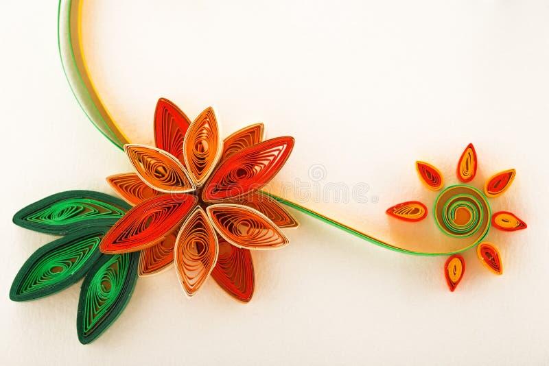 Papierblume auf einer Grußkartennahaufnahme lizenzfreie abbildung