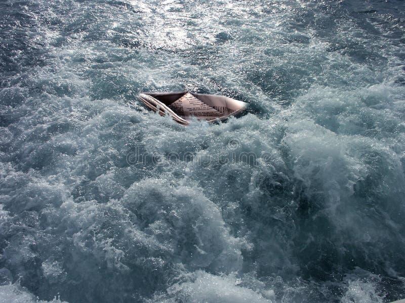 Papierboot auf dem Meer stockfotos