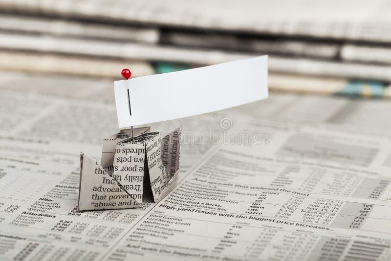 Papierboot mit Blatt Papier leeres Papier auf Zeitungen lizenzfreies stockfoto