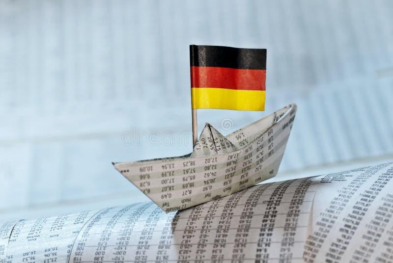 Papierboot mit deutscher Flagge stockbilder