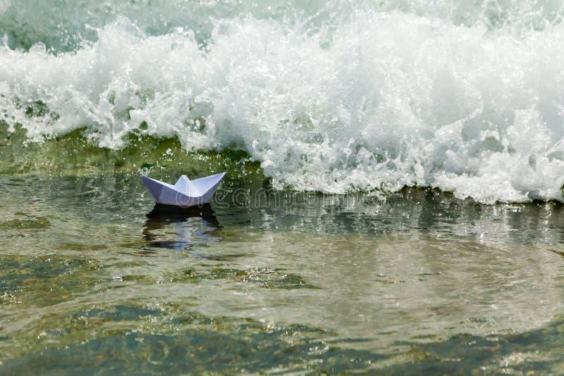 Papierboot sterben jetzt in einer sehr großen Welle stockfoto