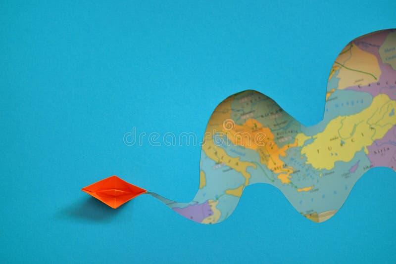 Papierbootsreise auf Meer lizenzfreies stockbild