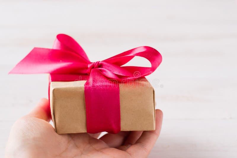 Papierdoos voor cadeau met rode boog royalty-vrije stock fotografie