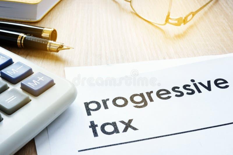 Papiere über gestaffelte Steuer auf einem Schreibtisch lizenzfreie stockfotos