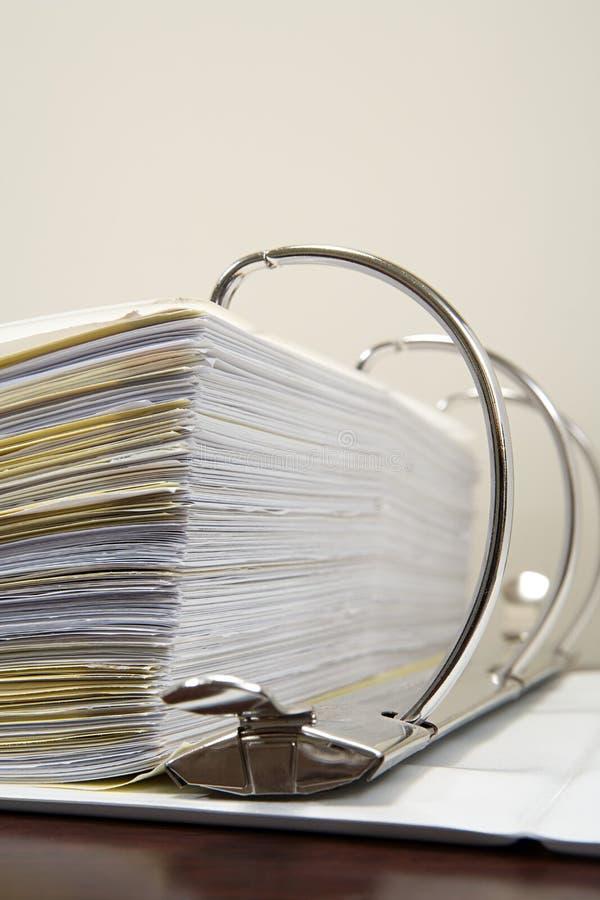 Papiere in einer Ringmappe lizenzfreie stockfotos
