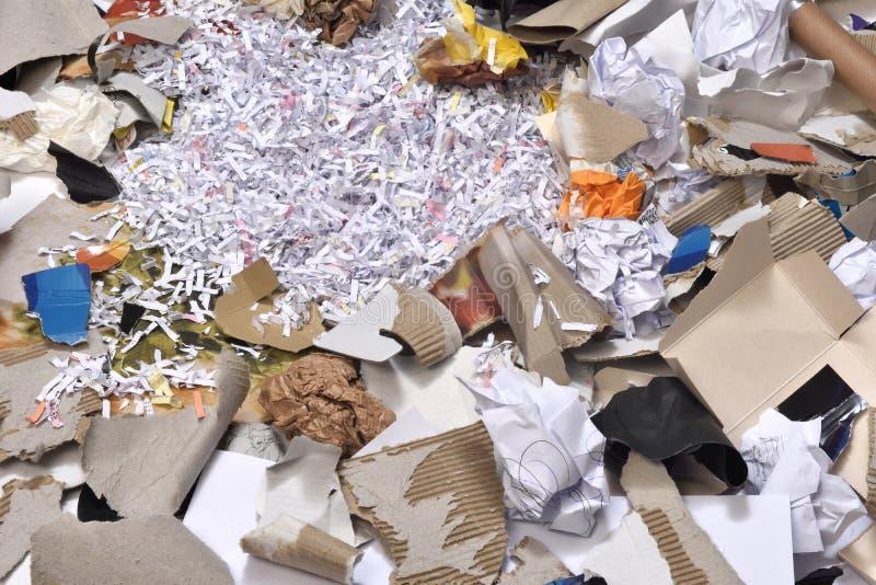 Papiere innerhalb eines aufbereitet zu werden Behälters, stockfotografie