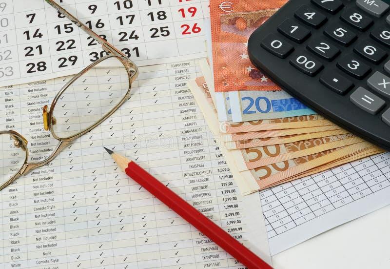 Papiere mit Zahlen, Kalender, Gläser, roter Bleistift, Euros lizenzfreie stockbilder