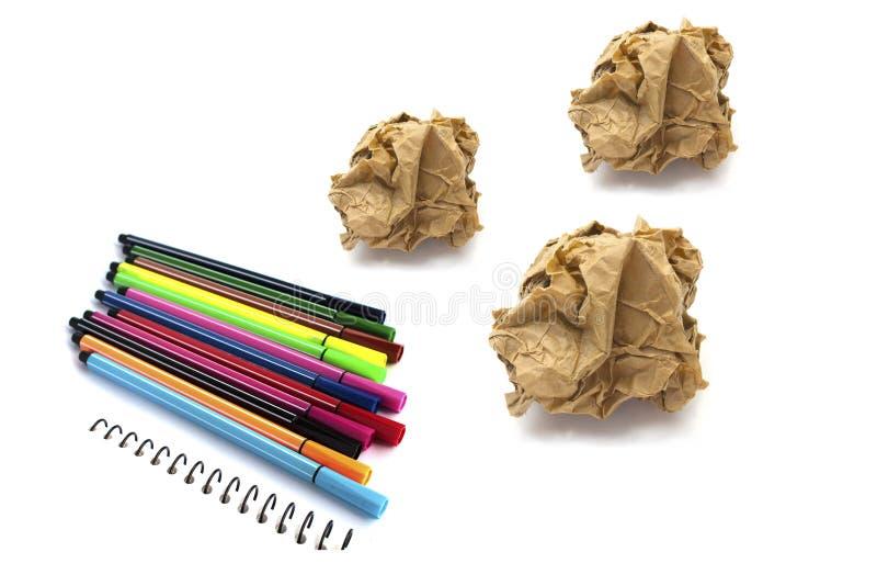 Papiere zerknittern Ball und färben Stift auf weißem Hintergrund stockbilder