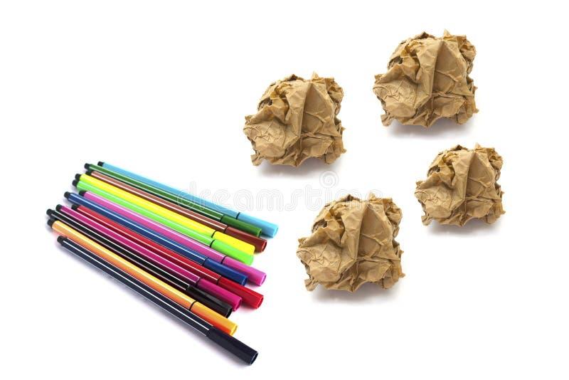 Papiere zerknittern Ball und färben Stift auf weißem Hintergrund lizenzfreie stockfotografie