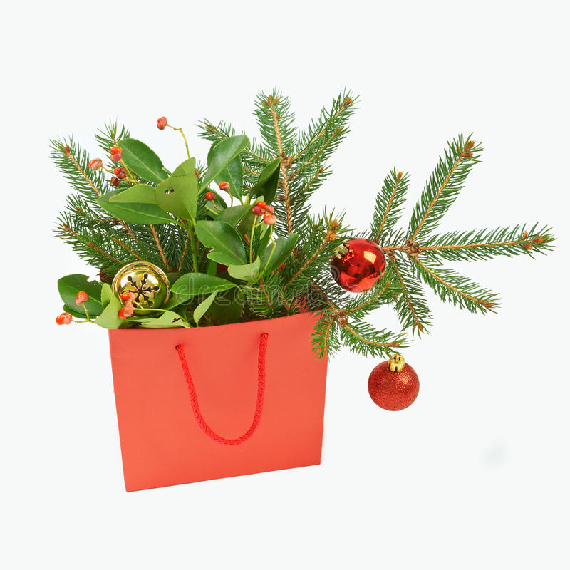 Papiereinkaufstasche mit Weihnachtsdekorationen auf weißem backgroun lizenzfreie stockfotos
