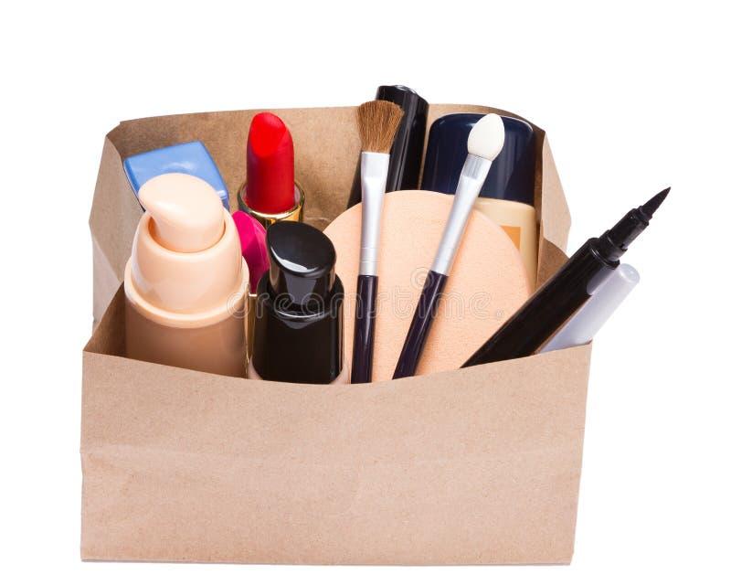 Papiereinkaufstasche voll Make-upkosmetik und -Zubehör lizenzfreie stockfotos