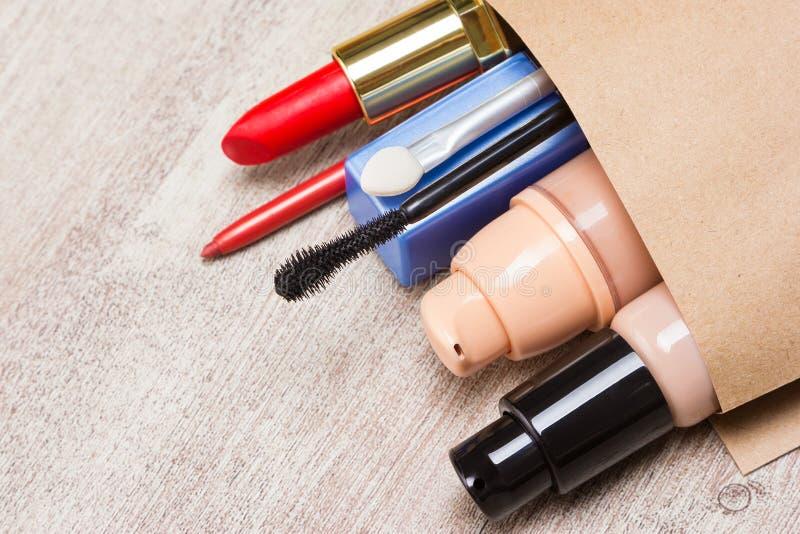 Papiereinkaufstasche voll Make-upkosmetik und -Zubehör lizenzfreies stockbild