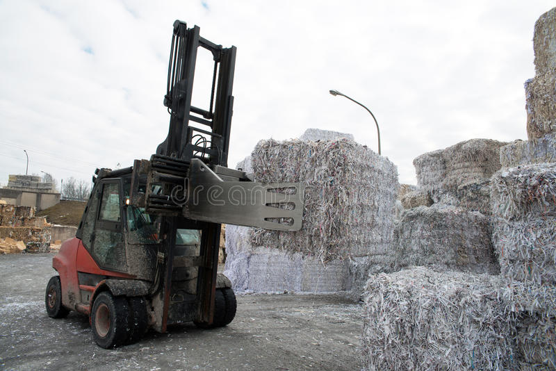 Papierfabriekinstallatie - Document en karton voor recycling stock foto's
